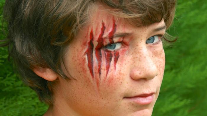 maquillage pour enfant, griffes terrifiantes sur le visage d'un garçon
