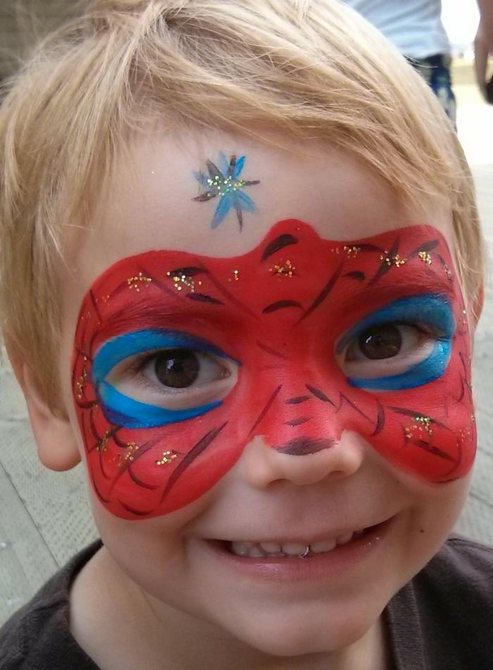 maquillage pour enfant, masque en bleu et rouge, peinture de spiderman