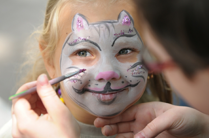 maquillage pour enfant, visage de chat mignon, maquillage facile à faire avec paillettes