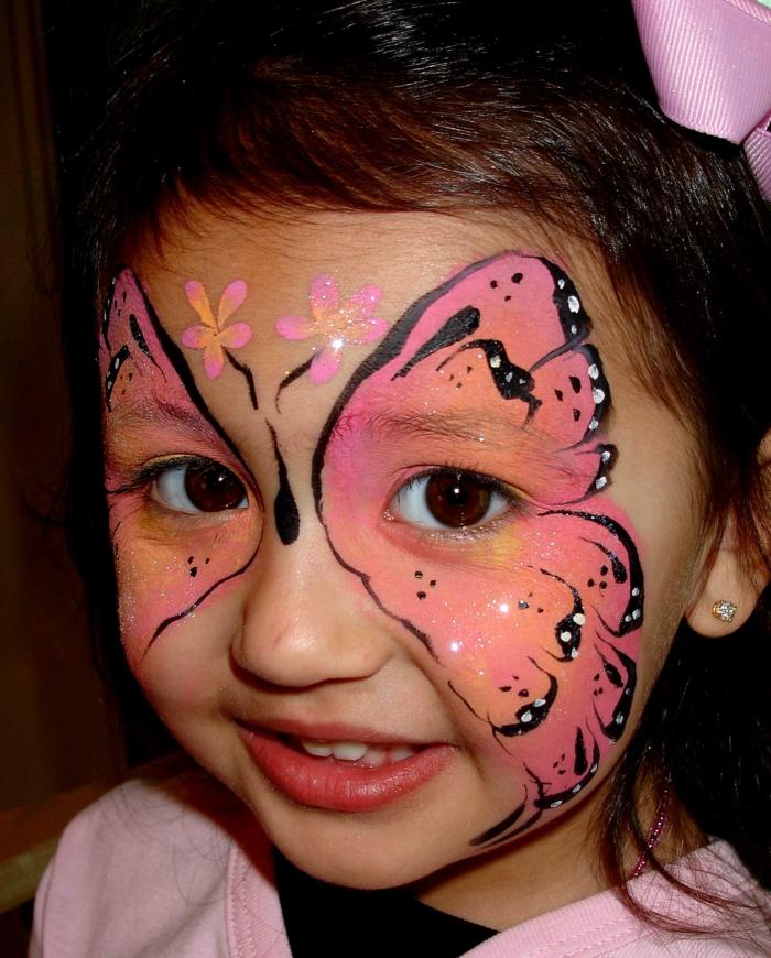 maquillage pour enfants, petite fille avec le visage ailes de papillon roses