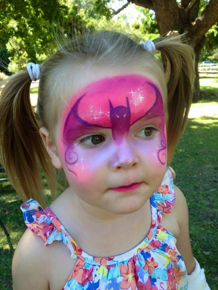 maquillage pour petite fille, batman rose sur le front d'une petite princesse