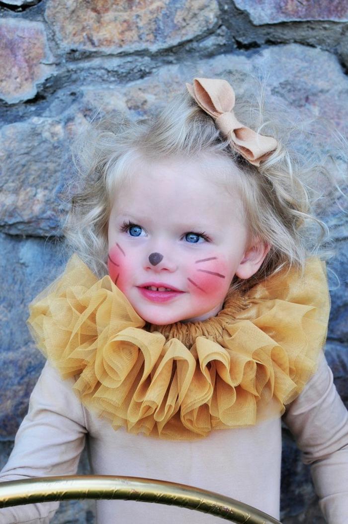 maquillage pour petite fille, visage de clown, moustaches noires sur des joues roses