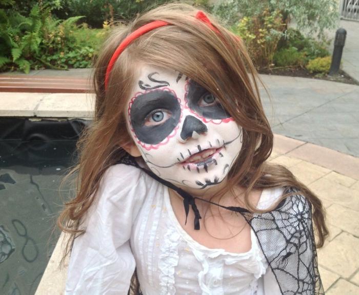 maquillage pour petite fille, déguisement terrifiant halloween tête de mort, cercles noirs autour des yeux