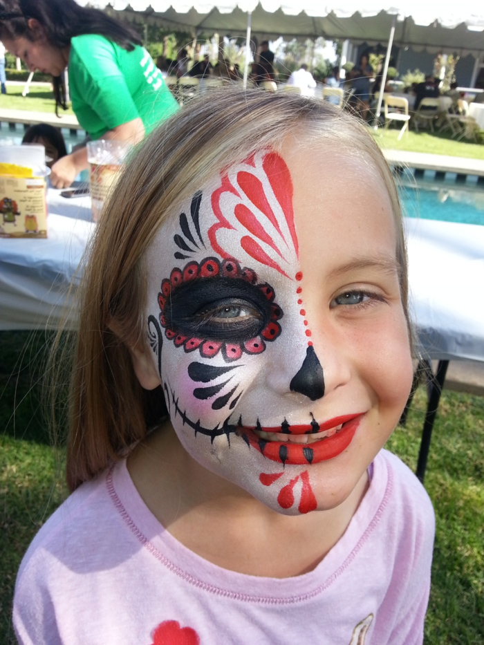 maquillage pour petite fille, dessin de carnaval sur le visage d'une fille, solutions créatives