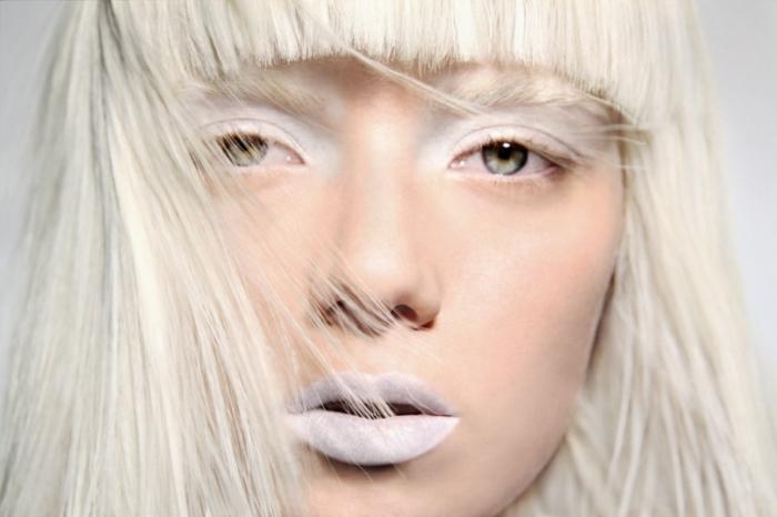 maquillage reine des neige, cheveux blonds, fard à yeux blanc, rouge à lèvres blanc