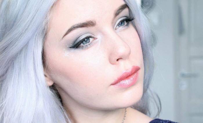 maquillage reine des neige, rouge à lèvres scintillant, fard à yeux bleu, cheveux bleus