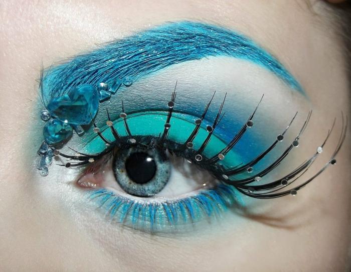 maquillage reine des neige, paupière bleuen cils féériques, sourcils peints bleus