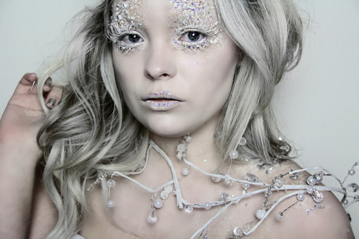 maquillage reine des neiges, transformation d'une fille en reine des neiges