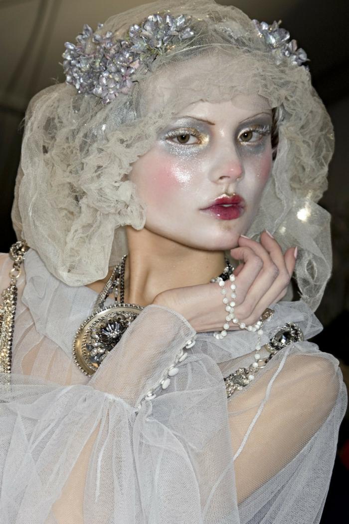 maquillage reine des neiges, une femme déguisée comme une princesse d'hiver