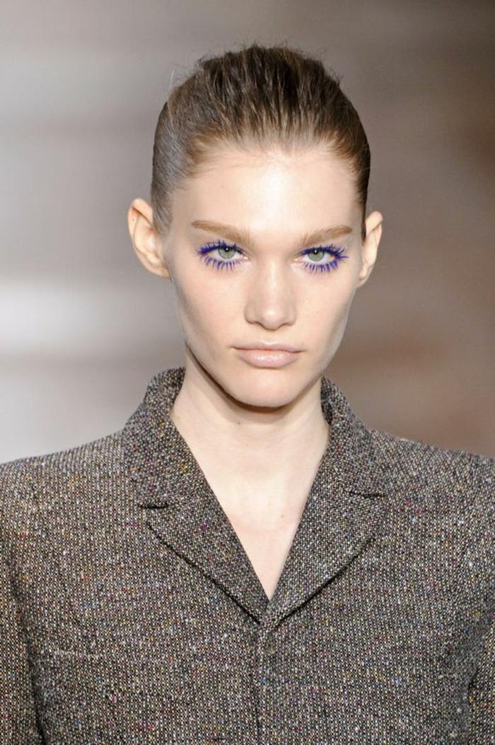 comment se maquiller les yeux avec mascara bleu électrique et lèvres nude pale