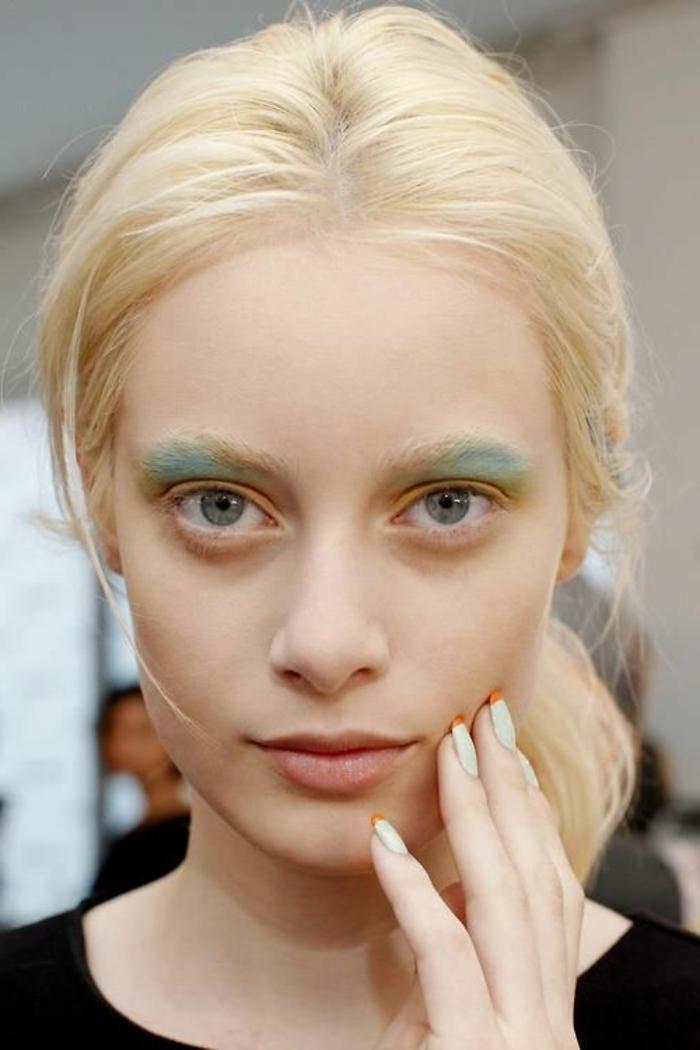 maquillage yeux verts avec du vert pastel et de l'orange pastel lèvres naturelles cheveux blonds