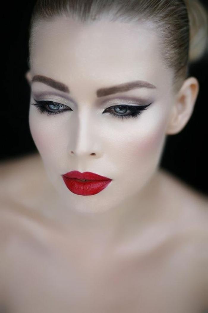 se maquiller les yeux avec crayon noir yeux de biche et lèvres rouges style femme fatale