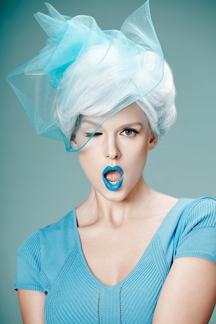 apprendre a se maquiller pour aller a une fete maquillage yeux verts astuce maquillage lèvres en bleu flashy