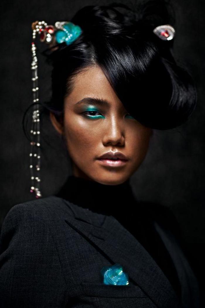 se maquiller les yeux en bleu turquoise avec crayon et avec fard de nuance légèrement diverse