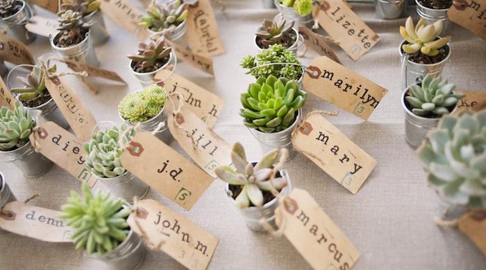 idée comment fabriquer une marque place à partir de seau miniature avec des succulents dedans et étiquette nom invité en papier kraft