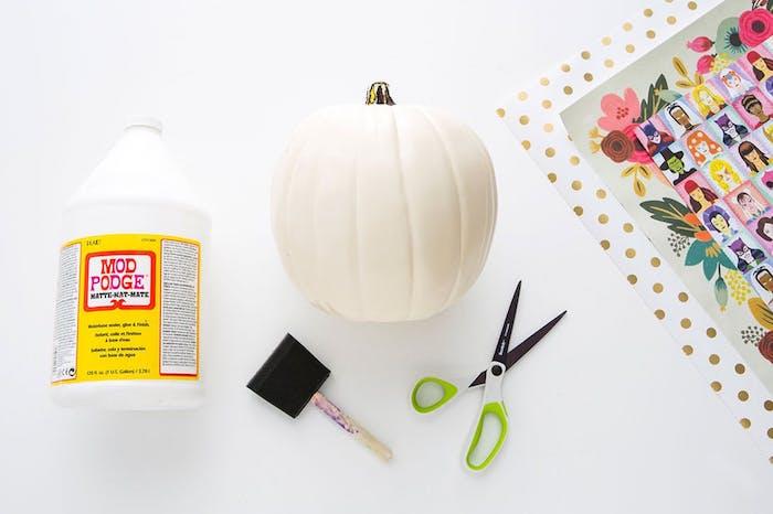 activité manuelle halloween, matériaux nécessaires, citrouille blanche, papier decopatch coloré, vernis colle, pinceau éponge, ciseaux