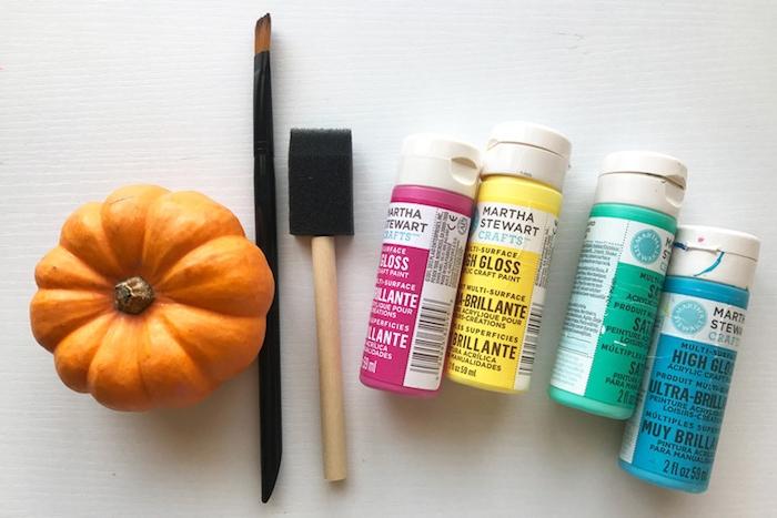 bricolage halloween, matériaux nécessaires, petites citrouilles, pinceau ordinaire, pinceau éponge, peinture couleurs différentes