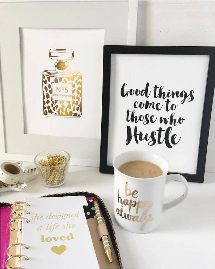 amenagement bureau, accessoires espace de travail inspirants pour femme, poster lettres et parfum avec cadre photo