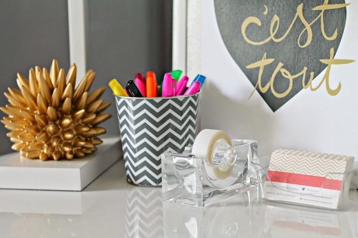 meuble bureau, idée comment aménager son espace de travail, figurine dorée à imitation hérisson