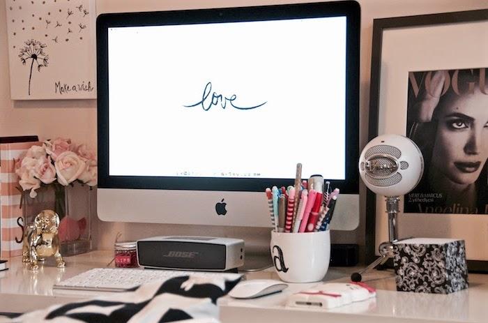 amenagement bureau, espace de travail à domicile avec déco féminine, accessoires de bureau en rose et blanc