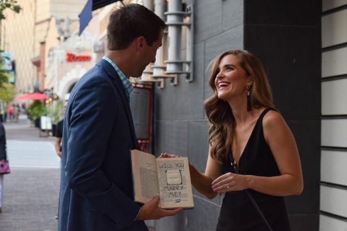 idée de message pour mariage écrit dans un livre aux lettres noires, demande mariage creative à la sortie d une librairie