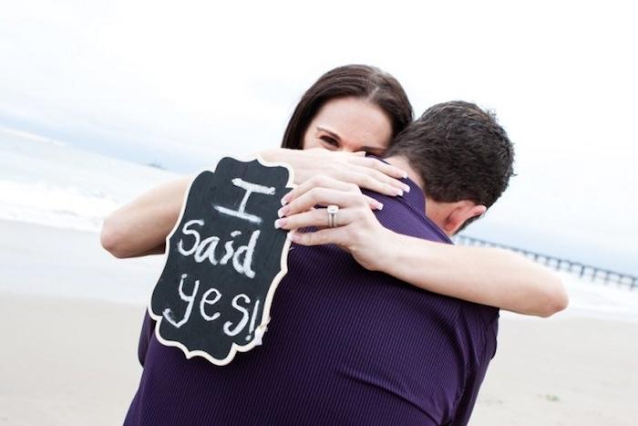 message pour mariage, proposition et réponse écrites sur une plaque noire à la craie, proposition sur la plage