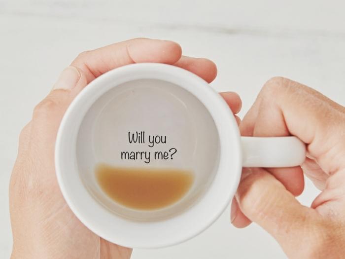 veux tu me marier, message pour mariage classique au fond d'une tassé à café, demande mariage créative