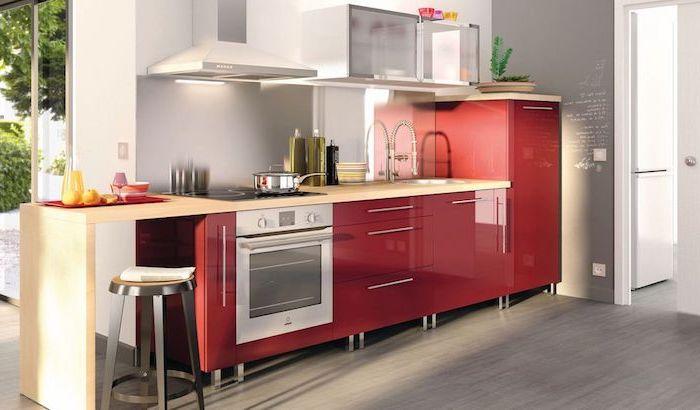 astuce rangement cuisine, comptoir de cuisine en bois clair avec armoires rouges, meubles hauts de cuisine en verre
