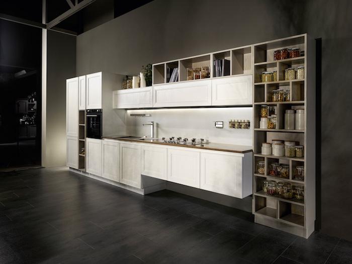 modele de cuisine, revêtement de sol en bois peint noir, meubles de cuisine en blanc avec rangement vertical