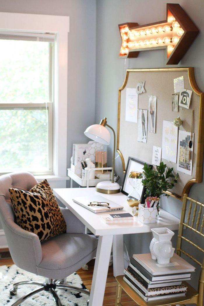accessoires de bureau originaux, collection de livre fashion, tableau notes en bois avec cadre doré, lampe de bureau en blanc et or