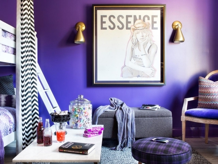 chambre ado fille, pouf en tissu carré en noir et violet, lit mezzanine en bois blanc, cadre photo noir et or