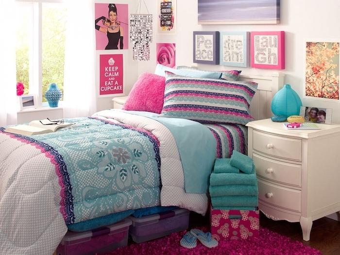 deco chambre ado, couverture de lit en blanc et bleu clair à motifs floraux, peinture à design arbres, serviettes de bain en turquoise