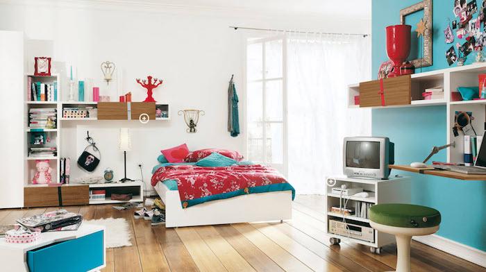 idee deco chambre fille, revêtement de sol en bois et murs peints en blanc et turquoise, meuble en bois peint blanc