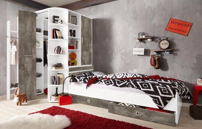 amenagement petite chambre enfant, revêtement de sol en bois clair avec tapis moelleux en blanc et rouge