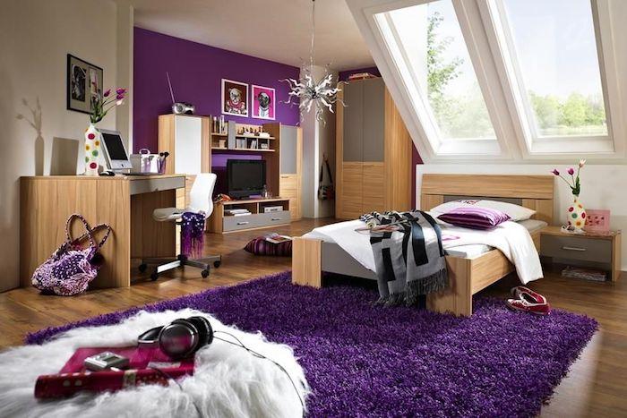 deco interieur, chambre sous pente aux murs violets et plafond blanc, meubles en bois clair, plaid en gris et noir avec franges