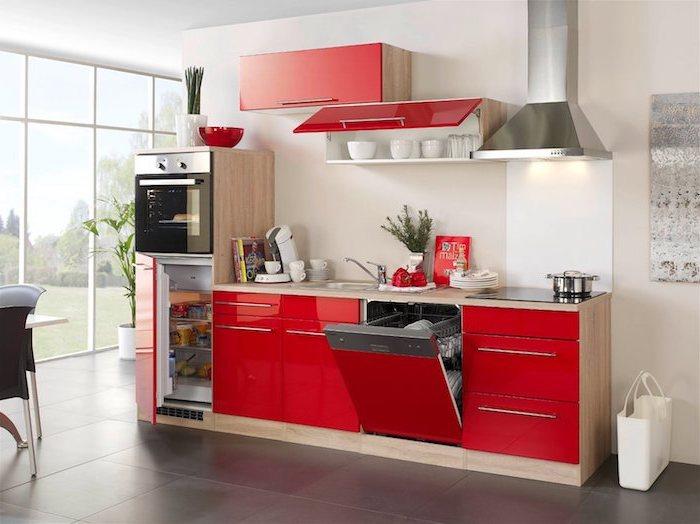 astuce rangement cuisine, meubles de cuisine en beige et rouge avec poignées métalliques en gris, service de café en blanc