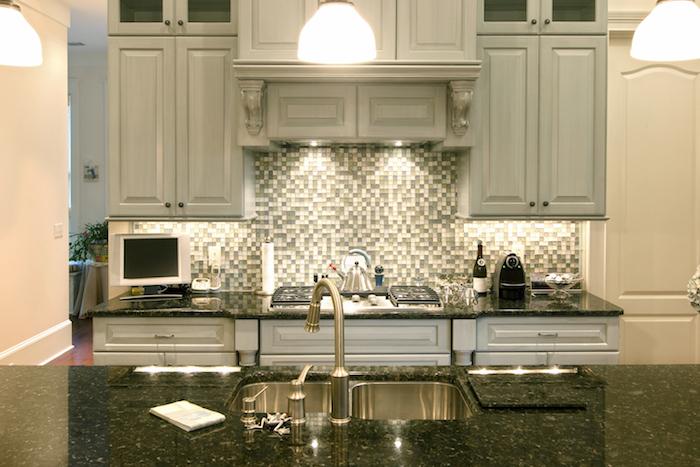 ilot central cuisine, meubles de cuisine hauts en bois style vintage, lampes suspendues blanches au-dessus d'ilot central noir