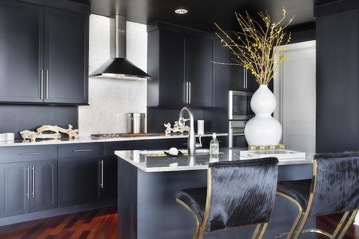 credence cuisine blanche, meubles de cuisine en bois peints en gris anthracite, bouquet de fleurs séchées dans vase blanche