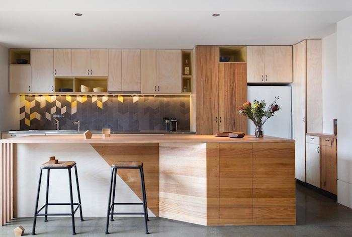 modele de cuisine, tabouret de bar avec siège en bois et pieds en fer, crédence cuisine à motifs triangulaires noir et jaune