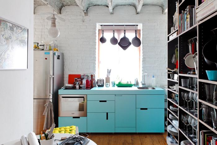 aménagement d'une petite cuisine industrielle en blanc et vert d'eau au plafond d'aspect brut