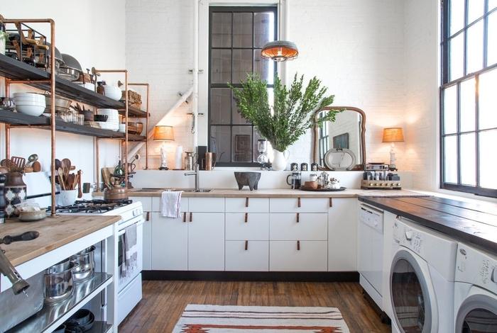solution de rangement originale avec étagères ouvertes en tuyaux de cuivre et bois pour une ambiance cuisine industrielle