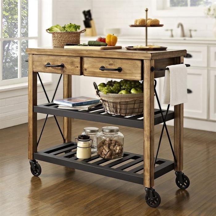 meuble industriel à roulette jouant le rôle d'îlot central amovible dans la cuisine fonctionnelle de style industriel