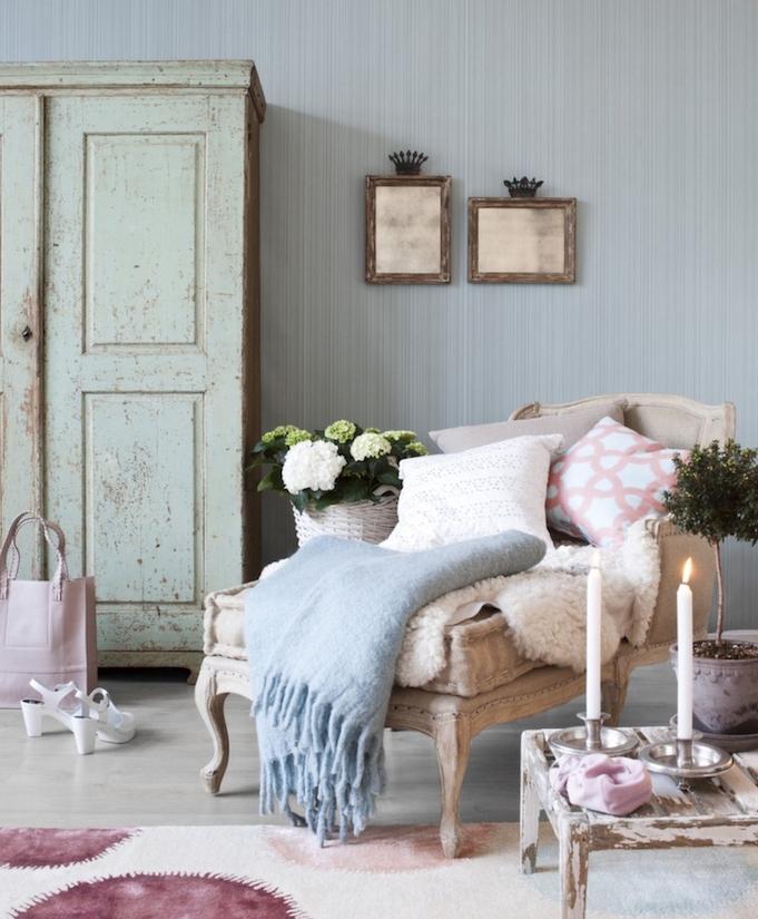 exemple de meuble peint en vert clair avec patine pour un look défraichi, fauteuil vintage, table basse en bois patiné, bougies et fleurs