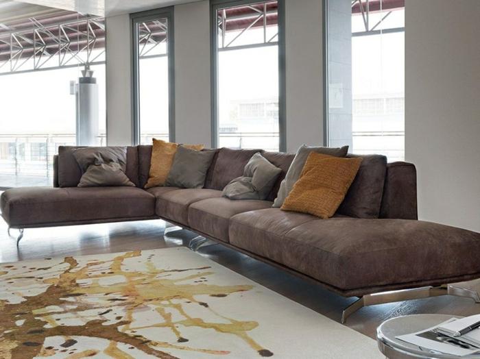 meubles contemporains, sofa d'angle en textile et métal, coussins décon salon industriel, murs gris