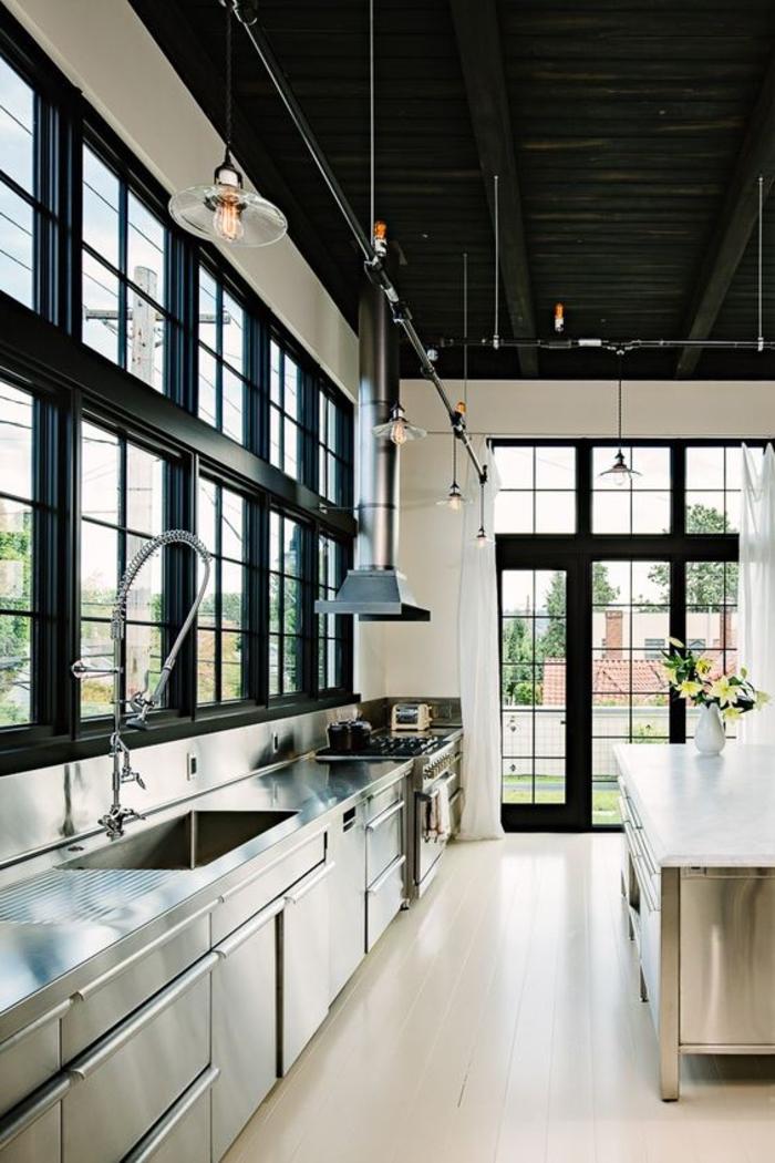 cuisine style loft industriel en inox, aménagé en longueur pour une ambiance de cuisine professionnelle