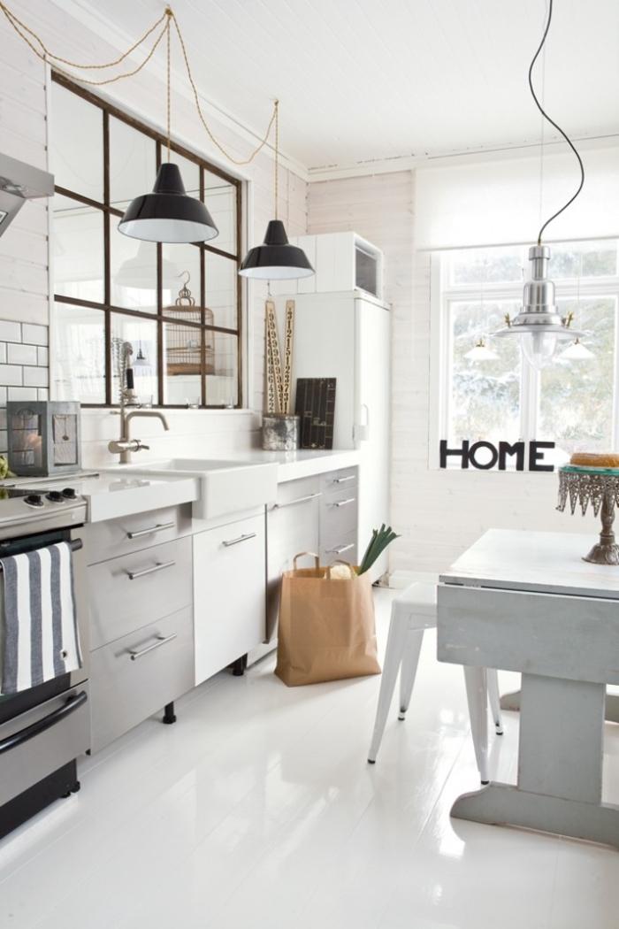 petite cuisine esprit loft industriel avec une verrière d'atelier et des suspensions industrielles