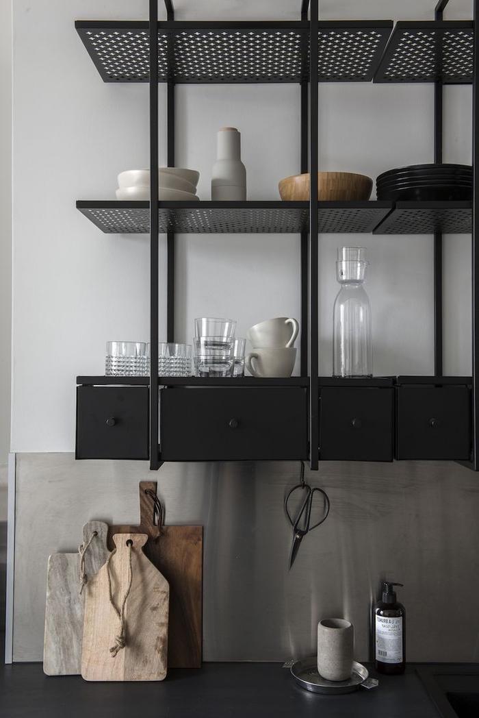deco industrielle fonctionnelle en métal noir pour une ambiance élégante et contemporaine dans la cuisine