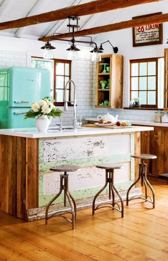 une cuisine ouverte de deco industrielle aux accents rustiques jouant sur le contraste entre le bois et le blanc des murs et du plafond