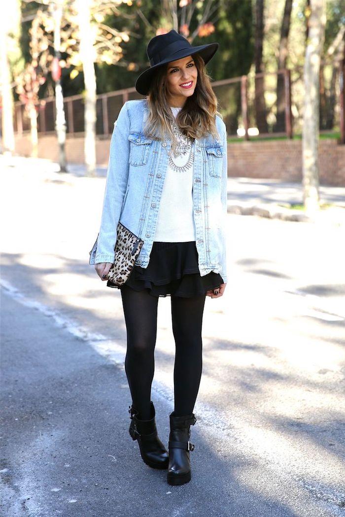 comment bien s habiller, sac à main motifs panthère, chemise blanche avec veste en denim clair et collier métallique
