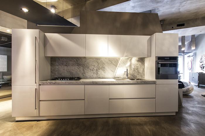 meuble bas cuisine en blanc sans poignées, déco de cuisine blanche avec crédence et comptoir à design marbre